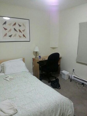 Kaisar Guest House: double bed with shared bathroom