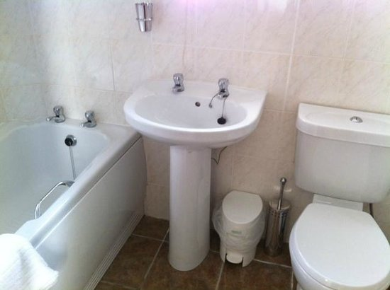 Ravenswood Guest House: Large bathroom with a separate tub and shower