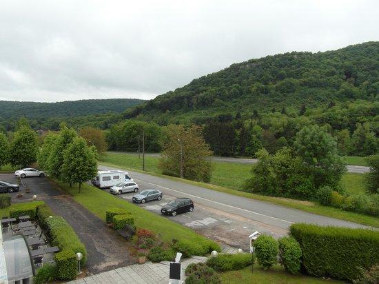 Logis Le Relais De La Vallee: autre vue depuis le balcon et parking