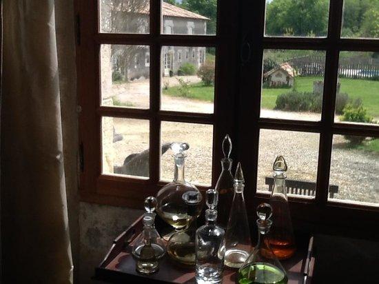 Le Petit Chateau: Doorkijk vanuit de Salle a Manger