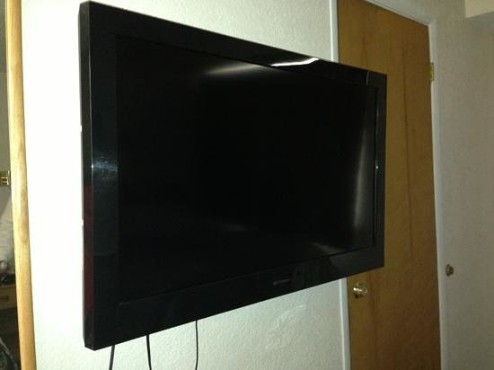 Esquire Inn: Nice size LCD TV