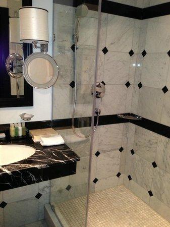 Khreschatyk Hotel : bathroom