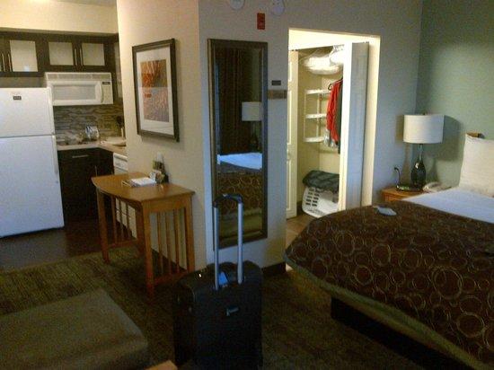 Staybridge Suites Toronto: Suite with kitchen.