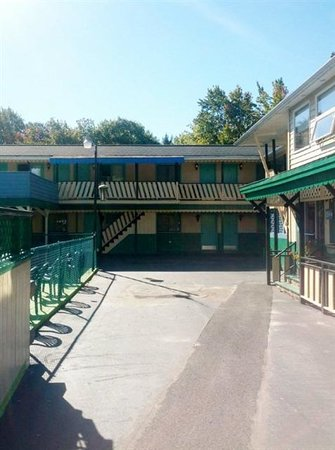 Norman's Motel: front view of normans motel