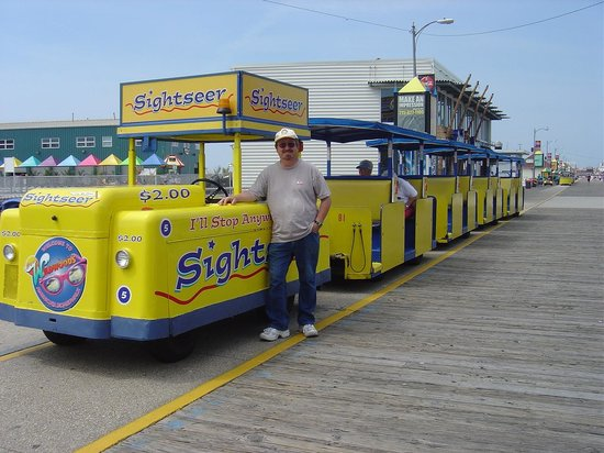 Wildwood Boardwalk : early morning with the trams