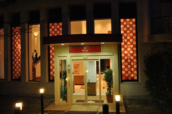 Suzuka Circuit Hotel: ファミリールーム棟入口