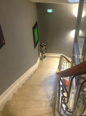 Le Boutique Hotel : Staircase with wine rack