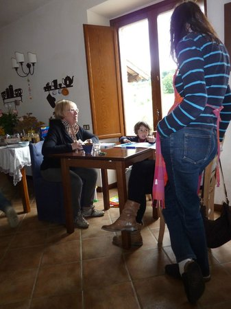 Agriturismo Cioccoleta: Guests entertained by Federico in dining room
