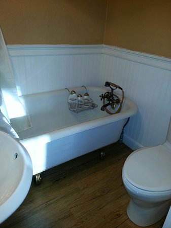 Cottonwood Hotel: Clawfoot tub where John Wayne bathed