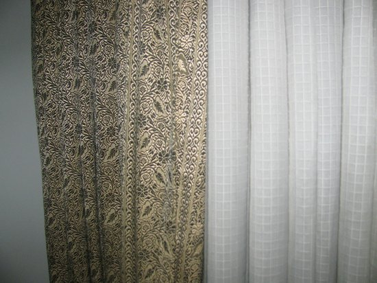 Banon Resorts Manali: dirty curtains in the room