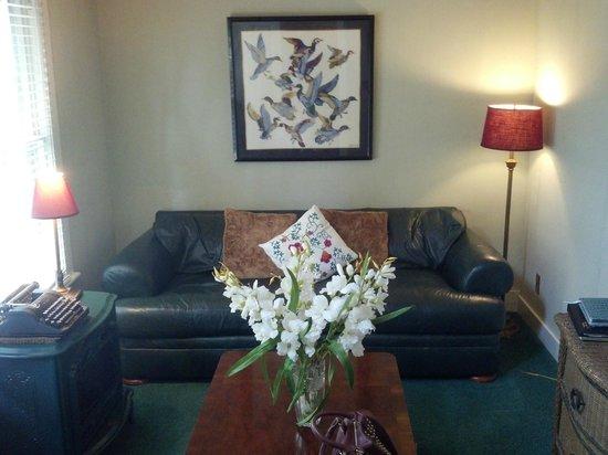 Peace and Plenty Inn: Carriage house living room