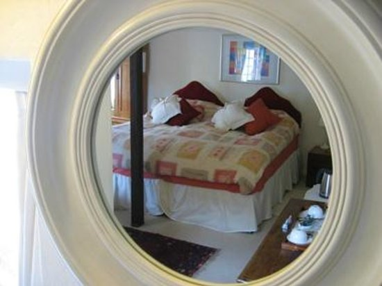 Border Cottage: Bedroom mirror