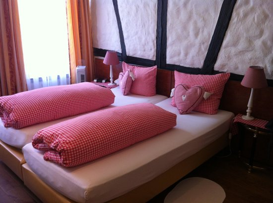 Hotel Alte Laterne: Quaint bedroom!