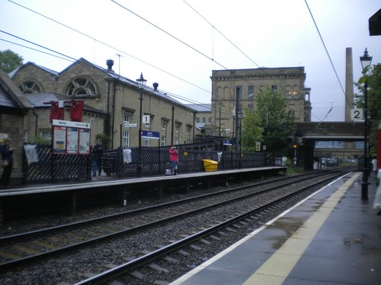 Saltaire Village: train station right in the village
