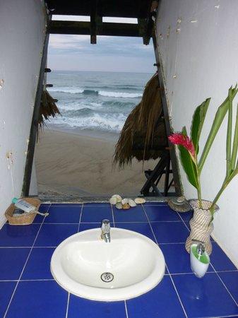 Finca Barlovento Cabana & Maloka: bathroom window