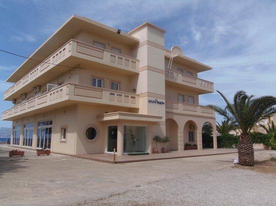 Galini Beach Hotel: vue en arrivant à l'hôtel