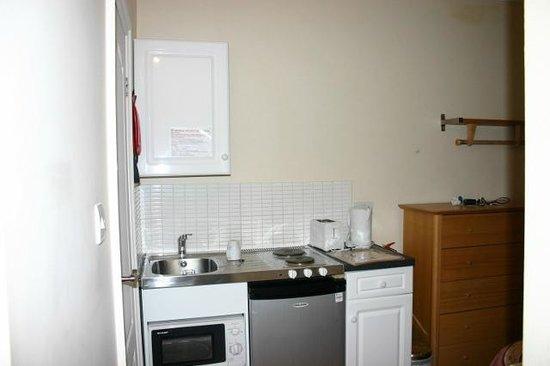 Dylan Apartments Paddington: La cocina y el frigorífico de mil ruidos