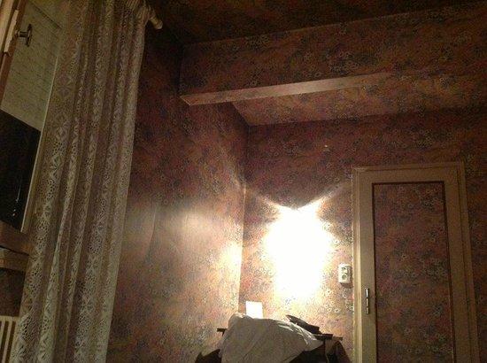 Hotel Du Sablar : la photo de la chambre, que l'on ne montre pas sur le site de l'hotel!