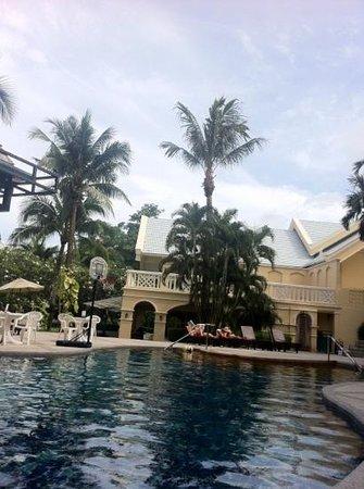 โรงแรมฟร้อนท์ วิลเลจ: Basketball hoop & pool chairs