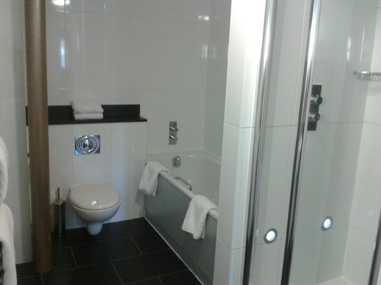 Salthouse Harbour Hotel: Bathroom with bath and shower