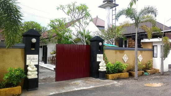 Legian Guest House: Another angle of the front gate