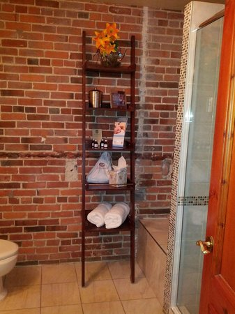 Auberge du Vieux-Port: You can use this if you need more vanity space