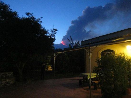 Agriturismo Il Limoneto: vue de la terrasse avec en prime l'Etna en éruption