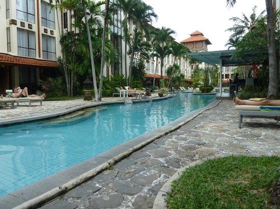 Prime Plaza Hotel Sanur - Bali: Piscine entre les deux corps de bâtiments