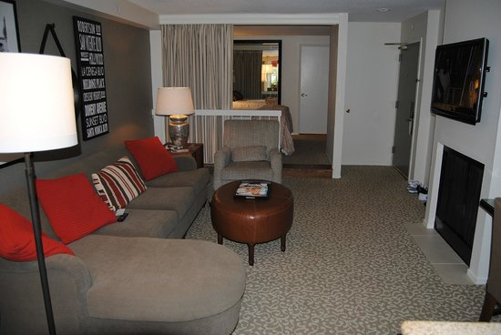 Le Parc Suite Hotel: Living room looking towards the bedroom area