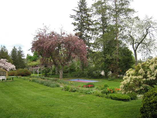 Hotchkiss-Fyler House Museum: Flower gardens behind the house