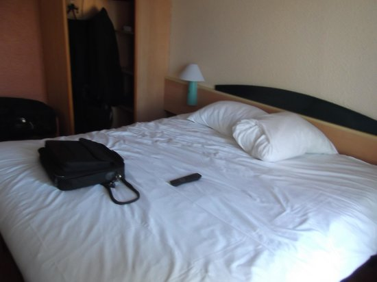 Ibis Cannes Plage La Bocca : The bed.