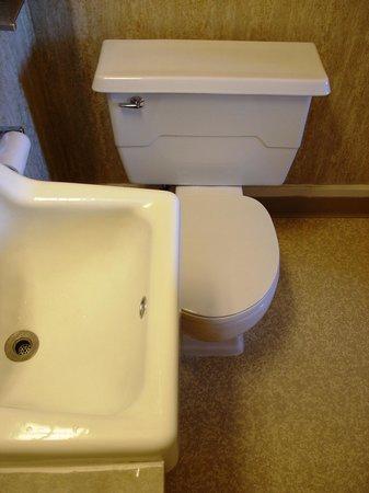Monte Villa Inn: Clever toilet/sink arrangement