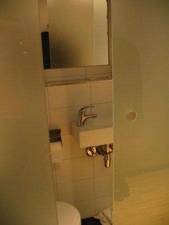 Moment Hotels: Bathroom glass door