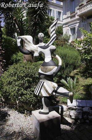 Hotel Le Vendome Villa Claudia: Obras de arte no Jardim do Hotel