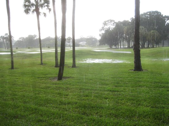 Lehigh Acres, Floryda: Lehigh Golf Course after rain.