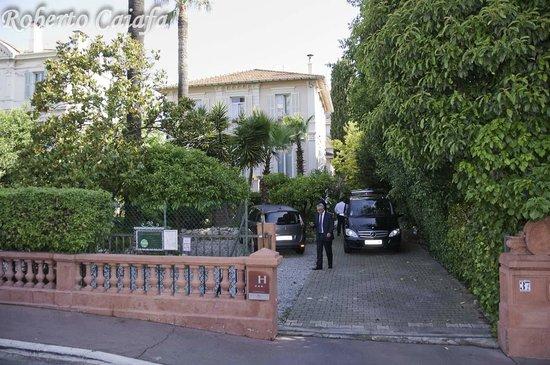 Hotel Le Vendome Villa Claudia: Fachada do Hotel do outro lado da rua