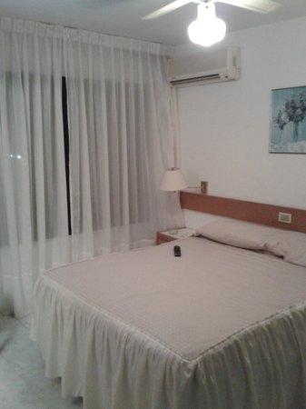 Hotel Ricadi: la cama! el aire acondicionado.