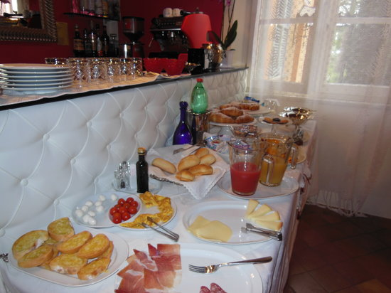 Albergo Il Rondo: The beautiful breakfast buffet.