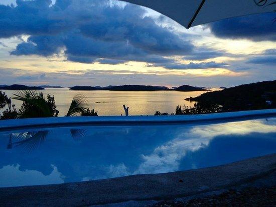 AL FARO Cosmio Hotel Palawan: sunset by the pool