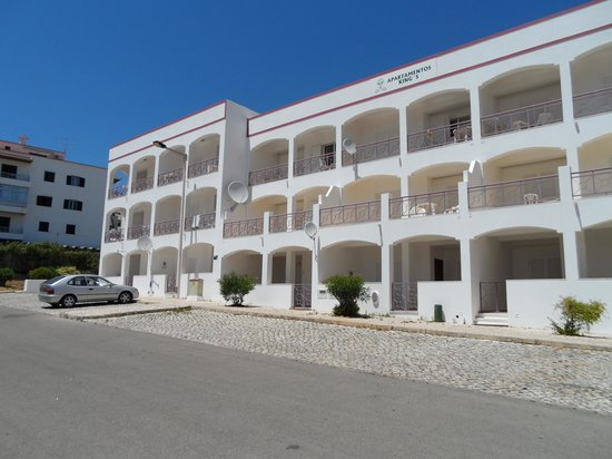King's Club Apartments: front of the kings showing 1 bedroom apartments