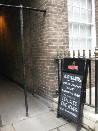 "Ye Olde Mitre: The ""secret"" alley entrance"