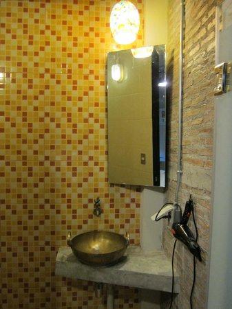Silom Art Hostel: Bathroom