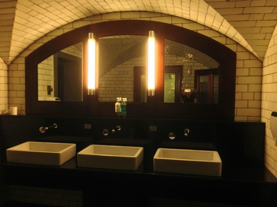 The Bank on College Green: baño