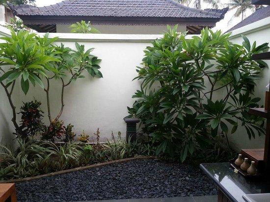 Hotel Ombak Sunset: Small private garden of the villa
