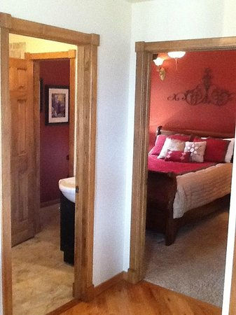 Mary's Lake Lodge Mountain Resort and Condos : Condo unit 11B guest bedroom