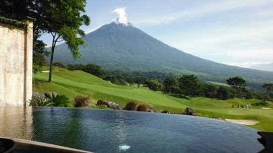 La Reunion Golf Resort & Residences: Private infinity pool overlooking the course and 10,000 ft volcano