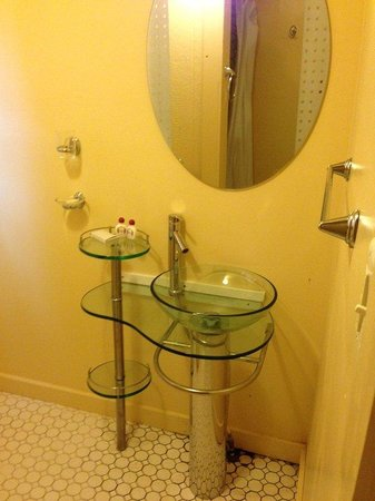 Crest Inn Suites & Cottages: King Bath