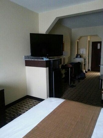 BEST WESTERN Knoxville Suites: tv & desk area w/fridge & micro. wet bar in area behind desk