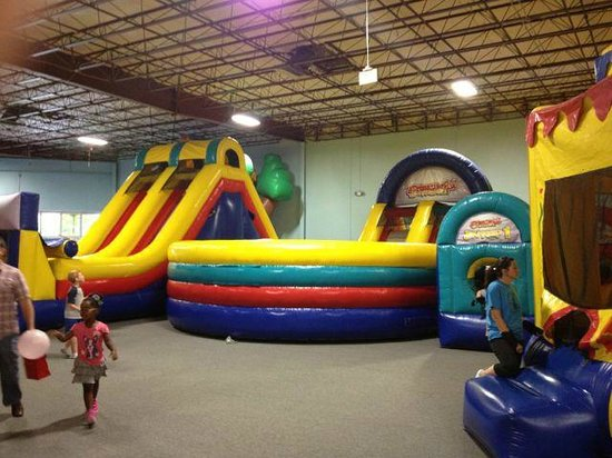 Bounce House : Yellow/Green/Red/Blue feature is an obstacle course