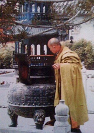 Dailuo Ding of Wutai Mountain: monk attending juniper twigs in brazier